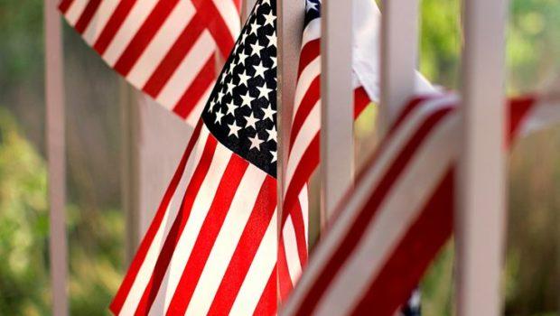 un lot de drapeaux américain