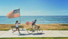 une fille en train de courir avec le drapeau américain dans les mains